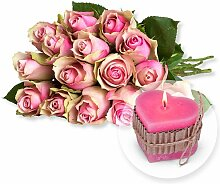 15 rosafarbene Rosen und Herz-Kerze