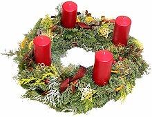 Adventskranz mit frischen Tannengrün und roten