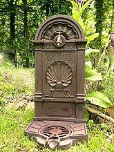 Antikas Standbrunnen als Garten-Brunnen, Landhaus Zapfsäule, Wasserzapfstelle mit Hahn