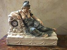 Antike Uhr mit Dame aus Keramik