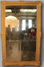 Antiker Spiegel mit goldenem Holzrahmen