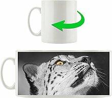 aufschauender Schneeleopard schwarz/weiß orange Augen, Motivtasse aus weißem Keramik 300ml, Tolle Geschenkidee zu jedem Anlass. Ihr neuer Lieblingsbecher für Kaffe, Tee und Heißgetränke.