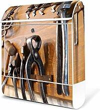 BANJADO Design Briefkasten weiß/38x47x13cm groß mit Zeitungsfach/Stahl pulverbeschichtet/Wandbriefkasten mit Motiv Werkbank, Briefkasten:mit schwarzem Standfuß