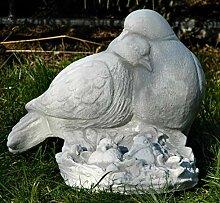 Beton Figur Tauben Paar mit Nachwuchs H 19 cm