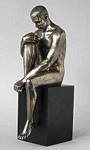 Body Talk Skulptur Mann sitzend auf Sockel Akt