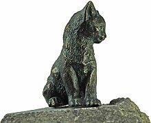 Bronze-Figur by YERD Gartendeko: Gartenfigur junge Katze aus Bronze sitzend auf Granitstein