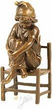 Bronze Skulptur Figur klein Mädchen Stuhl