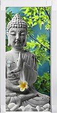 Buddha auf Steinen mit Monoi Blüte in der Hand als Türtapete, Format: 200x90cm, Türbild, Türaufkleber, Tür Deko, Türsticker