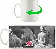 Buddha mit Seerose schwarz/weiß, Motivtasse aus weißem Keramik 300ml, Tolle Geschenkidee zu jedem Anlass. Ihr neuer Lieblingsbecher für Kaffe, Tee und Heißgetränke.