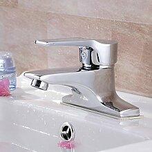 Das ganze Badezimmer und Waschbecken Wasserhahn