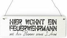 DAS ORIGINAL! Shabby Vintage Schild Türschild HIER WOHNT EIN FEUERWEHRMANN Geschenkidee Dekoration Holzschild Landhaus Chic