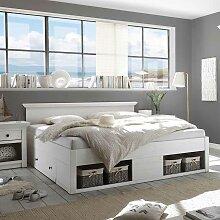 Doppelbett im Landhausstil mit Schubladen