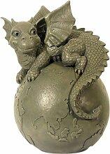 Drachen Gartenfigur Drachenkind liegt auf Weltkugel