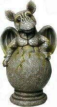 Drachen Gartenfigur Drachenkind schlüpft aus Ei