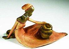 E+N Figur Jama, sitzend terrafb. Kleid + Amphore,