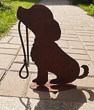 Edelrost Hund sitzend mit Leine auf Bodenplatte Gartendekoration