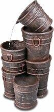 Eimerstapel-Brunnen mit Pflanztopf