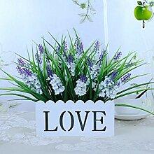 Einfacher Gartenkorb mit künstlichen Blumen für