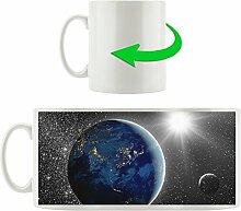 Erde mit Sonne im Weltall schwarz/weiß, Motivtasse aus weißem Keramik 300ml, Tolle Geschenkidee zu jedem Anlass. Ihr neuer Lieblingsbecher für Kaffe, Tee und Heißgetränke.