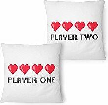 Fashionalarm Partner Kissen 2er Set Player One & Two 40x40 cm mit Füllung   Geschenk Idee Frauen Männer Paar Valentinstag Jahrestag Gamer Freunde, Farbe:weiß