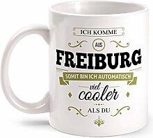 Fashionalarm Tasse Ich komme aus Freiburg - beidseitig bedruckt mit coolem Spruch   Geschenk Idee für Freiburger Männer & Frauen, Farbe:weiß