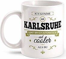 Fashionalarm Tasse Ich komme aus Karlsruhe - beidseitig bedruckt mit coolem Spruch   Geschenk Idee für Karlsruher Männer & Frauen, Farbe:weiß