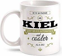 Fashionalarm Tasse Ich komme aus Kiel - beidseitig bedruckt mit coolem Spruch   Geschenk Idee für Kieler Männer & Frauen, Farbe:weiß
