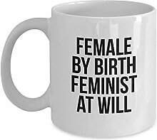 Feministische Tasse - weiblich von Geburt
