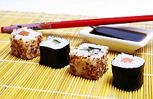 Fototapete selbstklebend Sushi mit Stäbchen und
