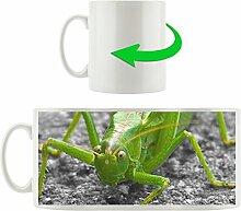 freche kleine Heuschrecke schwarz/weiß grün, Motivtasse aus weißem Keramik 300ml, Tolle Geschenkidee zu jedem Anlass. Ihr neuer Lieblingsbecher für Kaffe, Tee und Heißgetränke.