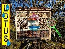 """Gartendeko Nistkasten groß hell für Marienkäfer Schmetterling Insektenhotel xxl mit / ohne Ständer LOTUS - Luxushotel 30 cm, Insektenhaus als funktionale Gartendeko KOMPLETT mit Holzrinde-Naturdach und Fütterungsstation, mit Spezial Oberflächenbeschichtung """"""""LOTUS"""""""", FDV-LO-STATION-OS als Ergänzung zum Vogelhaus Vogelfutterhaus Futterstation für Vögel, als umweltfreundliches Mittel gegen Blattläuse"""