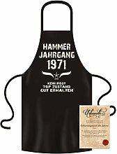 Geschenk-Idee 46. Geburtstag :-: Hammer Jahrgang 1971 :-: Schürze Kochschürze Grillschürze mit Jahreszahl Sprüche Aufdruck :-: Farbe: schwarz für Damen & Herren & Geburtstags-Urkunde