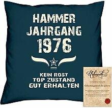 Geschenkidee 42. Geburtstag :-: Kissen Sofakissen Jahreszahl Aufdruck Hammer Jahrgang 1976 :-: Größe: 40x40cm & Geburtstags-Urkunde Farbe: navy-blau