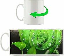 Grüne Schlange mit Pflanze, Motivtasse aus weißem Keramik 300ml, Tolle Geschenkidee zu jedem Anlass. Ihr neuer Lieblingsbecher für Kaffe, Tee und Heißgetränke.