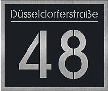 Hausnummernschild mit Straßenname oder