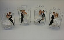 Hochzeitspaar Brautpaar auf Hollywood-Schaukel Tisch Deko Skulptur Liebespaar B - Frau mit Blumen