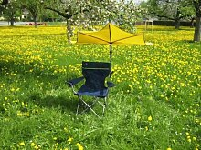 Hollysun® STABIELO Sport und Freizeit Set - Faltstuhl dunkelblau - Flaschenhalter in Armlehne integriert mit grünem Dekorstreifen und Fächerschirm Holly'ma®t in Farbe gelb + Schirmhalterung Nr. 59 SC mit Gummischutzkappen - holly-sunshade ®