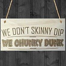 """Holzschild von Red Ocean mit der Aufschrift """"We Don't Skinny Dip We Chunky Dunk"""" für Whirlpool, Schwimmbecken."""