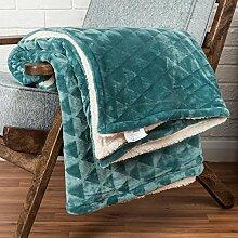 Homescapes einzigartige, samtweicher Überwurf / Kuscheldecke in Seegrün, Sofa - Bett - Sessel, Polyester, Felloptik mit geometrischem Dreieckmuster & flauschiger Rückseite, 200cm x 230cm