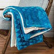 Homescapes kuschelige, samtweiche Kuscheldecke / Überwurf in Blau, Sofa - Bett - Sessel, Polyester, Felloptik mit Dreieckmuster & flauschiger Rückseite, 160cm x 200cm