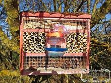 Insektenhotel, Insektenhaus als funktionale Gartendeko KOMPLETT mit Holzrinde-Naturdach und Fütterungsstation, FDV-STATION-OS rot Nützlinge im Bio-Garten rotes Vogelhaus Nistkasten als Ergänzung zum Meisen Nistkasten Meisenkasten oder zum Vogelhaus Vogelfutterhaus Futterstation für Vögel, als umweltfreundliches Mittel gegen Blattläuse