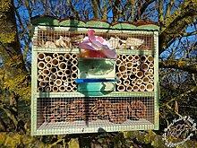 Insektenhotel, Insektenhaus als funktionale Gartendeko mit Futterstation und Holzrinde-Naturdach robust, FDV-STATION-OS XXL moosgrün grün für Nützlinge Biogarten Nistkasten Schmetterling als Ergänzung zum Meisen Nistkasten Meisenkasten oder zum Vogelhaus Vogelfutterhaus Futterstation für Vögel, als umweltfreundliches Mittel gegen Blattläuse, ideal für die Beobachtung von Insekten Schmetterlingen Marienkäfer für die ökologische Blattlausbekämpfung