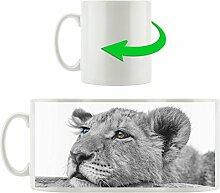 junger Löwe schläft schwarz/weiß orange Augen, Motivtasse aus weißem Keramik 300ml, Tolle Geschenkidee zu jedem Anlass. Ihr neuer Lieblingsbecher für Kaffe, Tee und Heißgetränke.