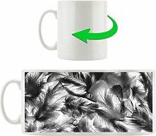 Kaffeebecher Anordnung von schönen bunten Federn