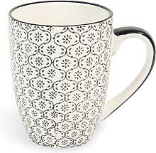 Kaffeebecher aus schwarz-weiß bedrucktem Steingut