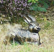Kaninchen Verlegung Aluminiumguss Garten Skulptur oder Schmuck, handbearbeitet in die Aged Gold Effek