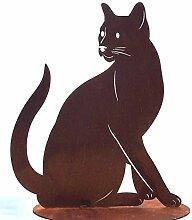 Katze Lotta sitzend auf Bodenplatte Gartendeko