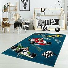 Kinderteppich Spielteppich Flachflor Junior mit Rennauto/ Rennfahrer-Motiv in Blau für Kinderzimmer: Größe 133x190 cm