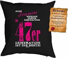 Kissen zum Geburtstag: Frauen werden gleich geschaffen, 47er Generation... - Geschenk Set mit gratis Urkunde - Zierkissen, Couchkissen - schwarz