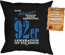 Kissen zum Geburtstag: Männer werden gleich geschaffen, 92er Generation... - Geschenk Set mit gratis Urkunde - Zierkissen, Couchkissen - schwarz